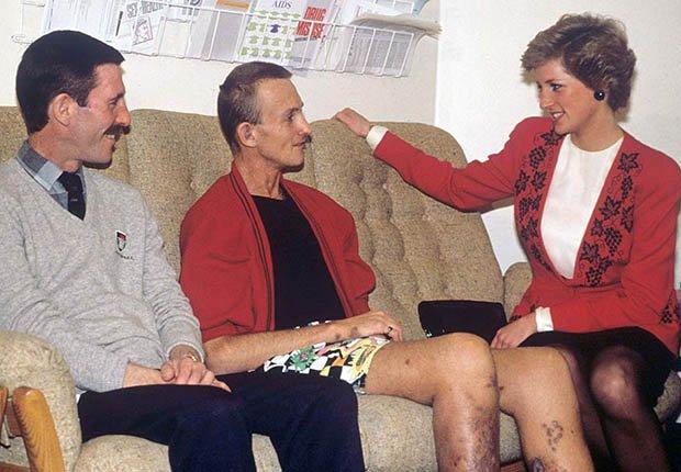 Lady Diana conversando con pacientes de SIDA