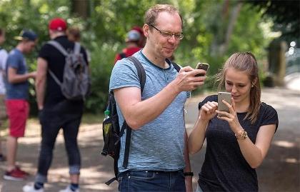 Pareja viendo su teléfono móvil - Pokemon Go