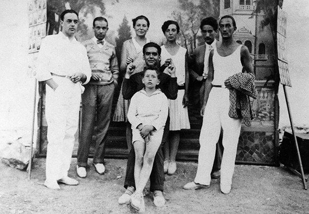 Foto del dramaturgo español Federico García Lorca en los veintes con Salvador Dalí y otros amigos