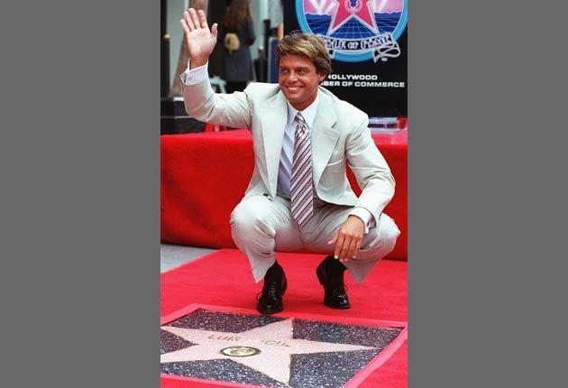 Luis Miguel saluda a los aficionados después de recibir la estrella 2.073a en el Walk of Fame en Hollywood.