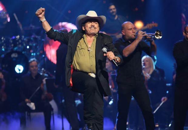 Joan Sebastian fue honrado con el Premio La Voz, cantó el tema