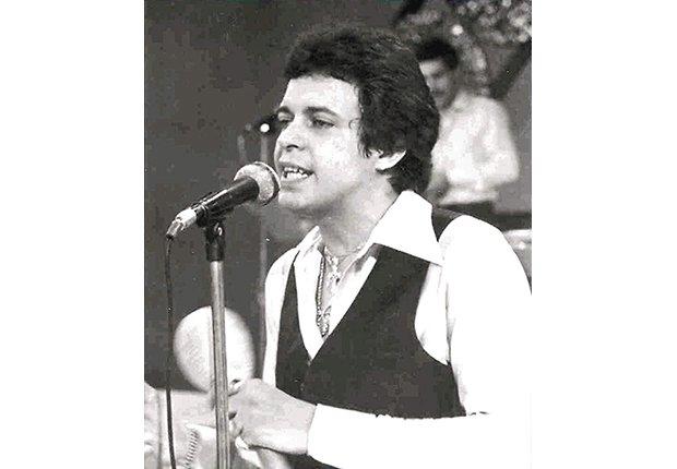 Héctor Lavoe cantando ante un micrófono