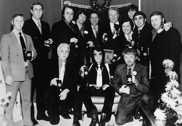 Billy Smith, Lamar Fike, Jerry Schilling, Sheriff Roy C. Nixon, Vernon Presley, Charlie Hodge, Sonny West, George Klein, Marty Lacker. Alfrente, George Nichopoulos y Red West.