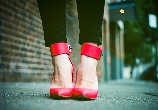 Mujer usando zapatos rojos - Consejos de moda para mayores de 50