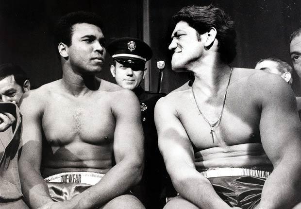 Oscar Bonavena (derecha), boxeador argetino al lado de Muhammad Alí antes de su pelea antes de 1977.