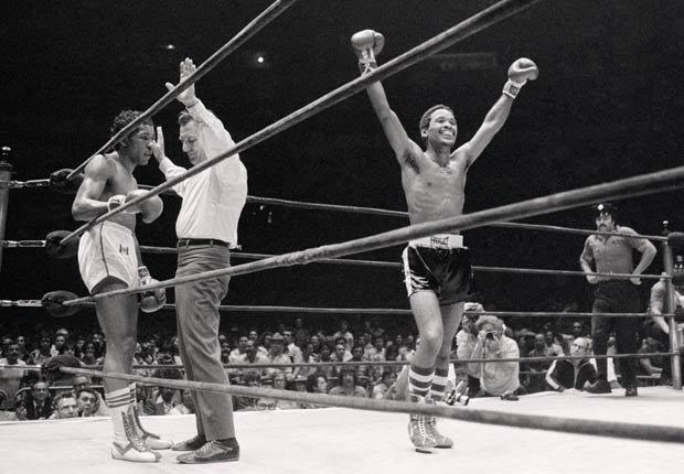 El boxeador boricua Wilfredo Benítez celebra su victoria frente al venezolano Ray Chávez Guerrero.