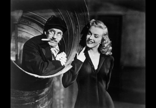Marilyn Monroe y Groucho Marx en una escena de la película Love Happy.