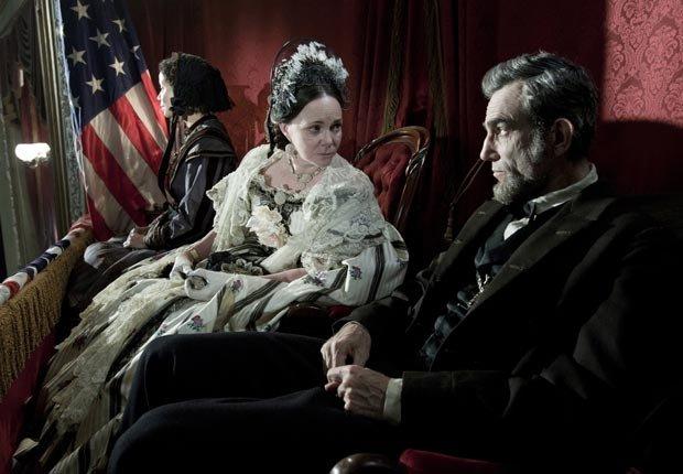 Gloria Reuben, Sally Field como Mary Todd Lincoln, Daniel Day-Lewis como President Abraham Lincoln en la película Lincoln -  Las 10 mejores películas del 2012