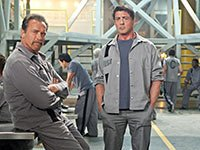 Arnold Schwarzenegger y Sylvester Stallone en la película Escape Plan.