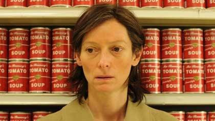 Tilda Swinton como Eva Khatchadourian en una escena 'We Need to Talk About Kevin'.