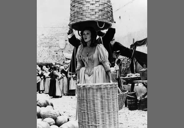 Raquel Welch en la película Los cuatro mosqueteros, 1974
