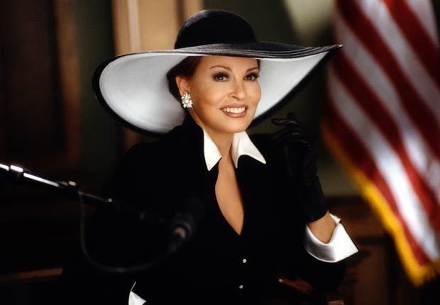 Raquel Welch interpretando a la arrogante Sra. Windham Vandermark en la comedia de 2001 Legally Blonde