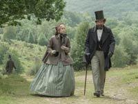 Felicity Jones y Ralph Fiennes en la película The Invisible Woman.