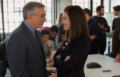 Robert De Niro y Anne Hathaway en una escena de 'The Intern'.