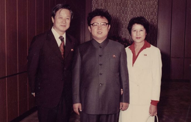 Shin Sang-ok, Kim Jong-il, y Choi Eun-hee en una toma del documental 'The Lovers And The Despot'