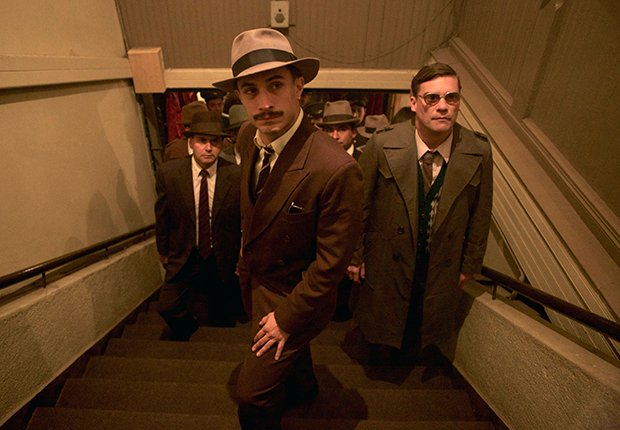 Gael García Bernal en una escena de la película Neruda, del director Pablo Larraín.