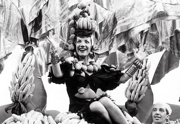 Retrato de Carmen Miranda con un sombrero de frutas