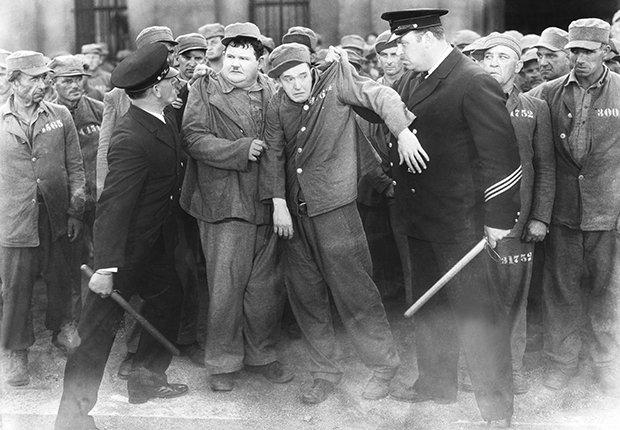 El Gordo y el Flaco, Laurel y Hardy en una escena de la película Pardon Us