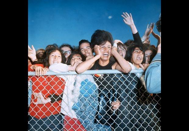 Los fanáticos de los Beatles en el aeropuerto esperando a su llegada - Estrellas del Rock n' Roll