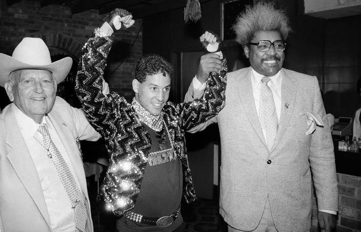 Los promotores Marty Cohen (izq.) y Don King flanquean a Camacho, en ese entonces campeón de peso ligero del Consejo Mundial de Boxeo, durante una conferencia de prensa en 1986.