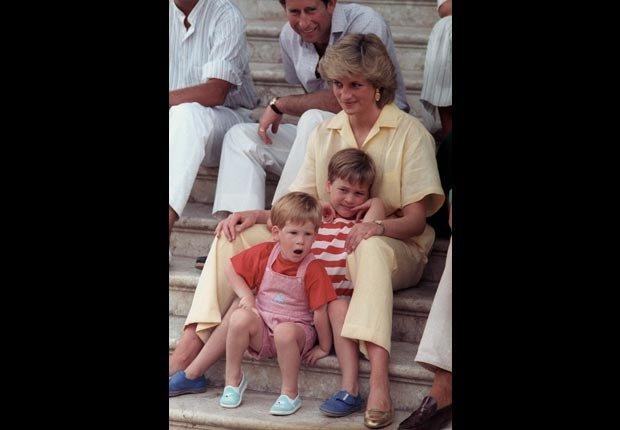 Princesa Diana con sus hijos, William de 6 años y Harry de 3 años