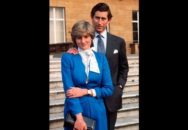 Princesa Diana y el príncipe Carlos con su anillo de compromiso
