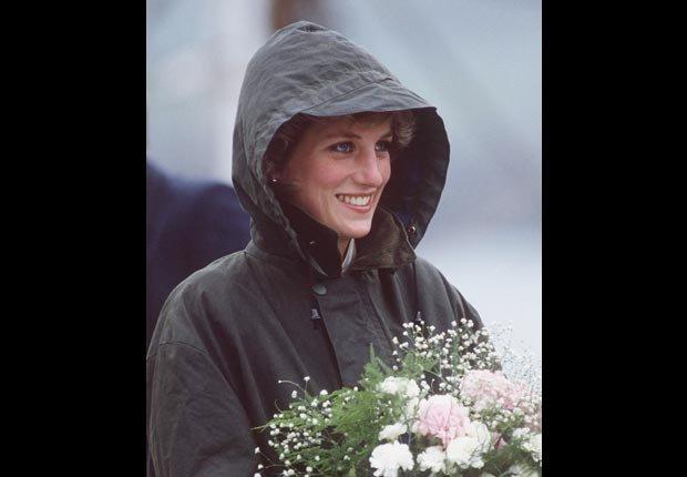 Princesa Diana con un abrigo de lluvia