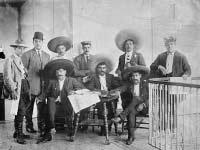 Revolucionario Emiliano Zapata (centro) durante la Revolución Mexicana.