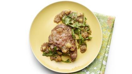 Cena de carne de cerdo, manzana y rúcula