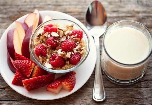 Cereal con quinoa y frutas - 10 beneficios de salud de la quinoa