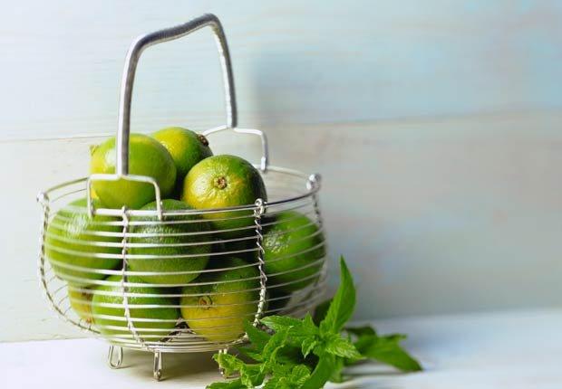 Limones en la cesta de alambre, 10 buenas razones para agregar el limón a su dieta