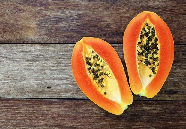 Papaya, lechosa o fruta bomba puesta sobre una mesa