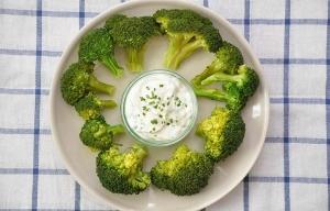 Dip de brócoli y ajo rostizado