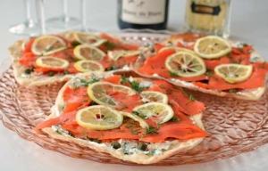 Pizzas de pan sin levadura con salmón ahumado