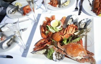 Plato de langosta y cangrejo sobre la mesa