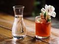 Vaso de trago sobre la mesa - La Batalla de Puebla
