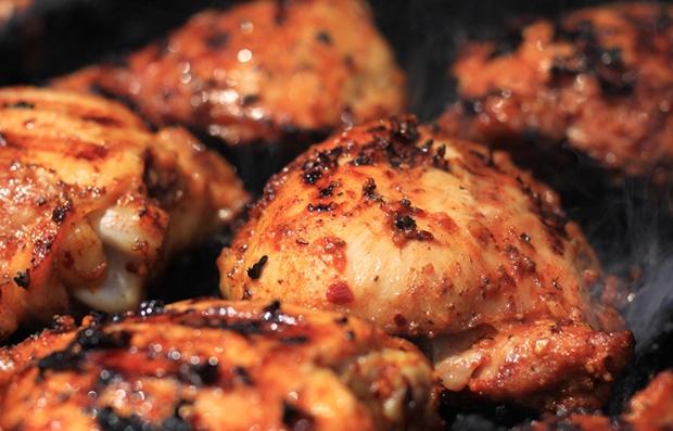 Caderas de pollo a la parrilla con salsa picante