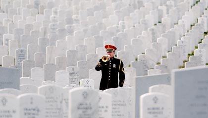 Un soldado toca su corneta durante los servicios funerarios en el Cementerio Nacional de Arlington - Cinco formas de honrar a los soldados caídos en combate