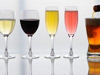 ¿Puede una bebida diaria ayudar a los huesos en las mujeres posmenopáusicas? Copas de vinos y una cerveza
