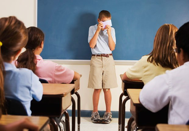 Nene cubriendose la cara frente a su clase - Fobia social - Fobias comunes