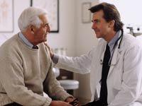 Doctor con el paciente - VPH - Como ataca el virus del papiloma humano en adultos mayores