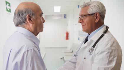 Doctor hablando con su paciente - Síntomas, consecuencias y contagio de la Hepatitis C