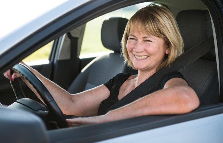 Mujer mayor conduciendo un carro - Hábitos que causan arrugas