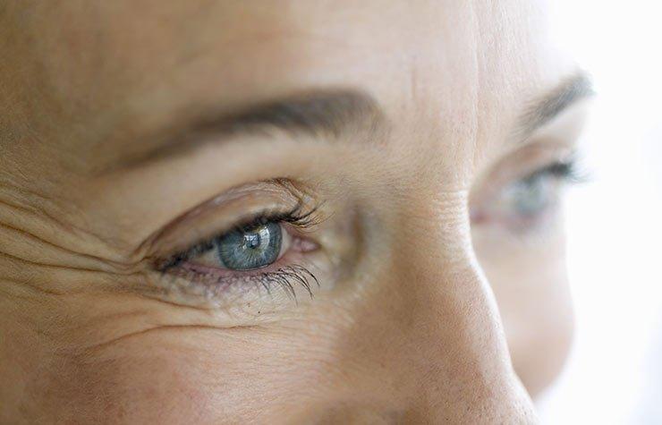 Cara de una mujer - 7 Hábitos que causan arrugas