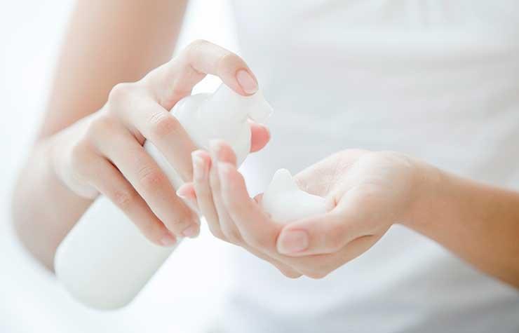 Mujer lavándose las manos - 7 Hábitos que causan arrugas