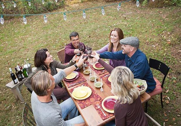 Familia cenando al aire libre - Consejos escuchar mejor durante las fiestas de Navidad