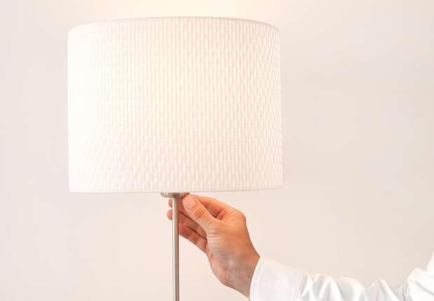 Encendiendo una lámpara - Consejos escuchar mejor durante las fiestas de Navidad