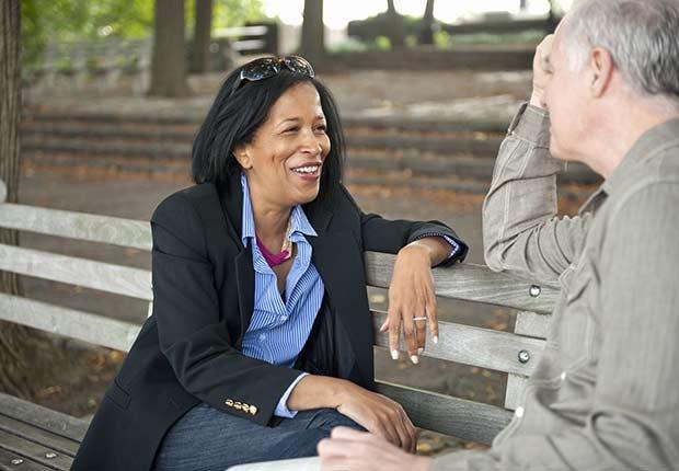 Dos personas conversando - Consejos escuchar mejor durante las fiestas de Navidad