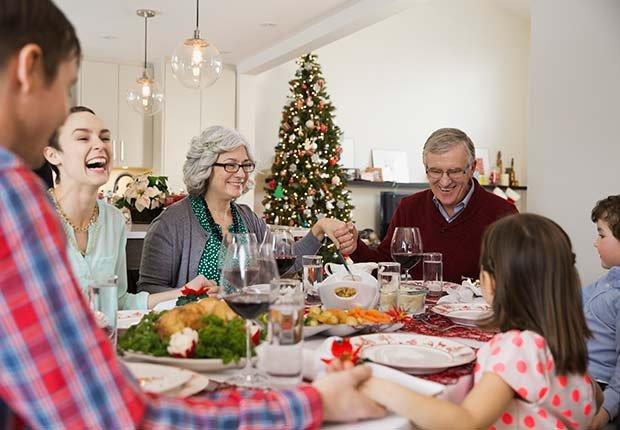 Familia cenando unida - Consejos escuchar mejor durante las fiestas de Navidad
