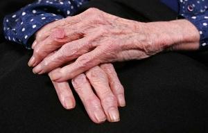 Manos de una persona mayor - Enfermedades crónicas comunes en personas mayores